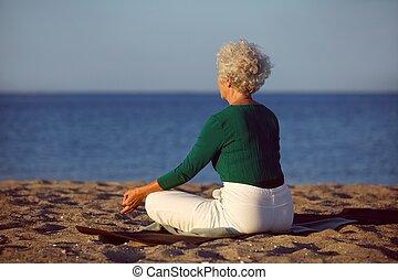 strand,  senior, vrouw,  yoga, meditatie