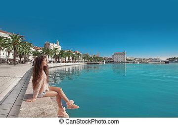 strand, von, split, croatia., junger, weibliche , reisender, mit, rosa, rucksack, genießen, der, seafront, ansicht, auf, diocletian, palace.