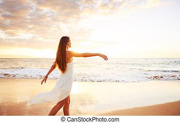 strand, vrouw, ondergaande zon , onbezorgd, vrolijke