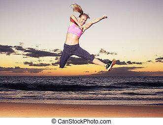 strand, vrouw, ondergaande zon , springt