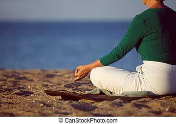 strand, vrouw, yoga, zanderig, middelbare leeftijd