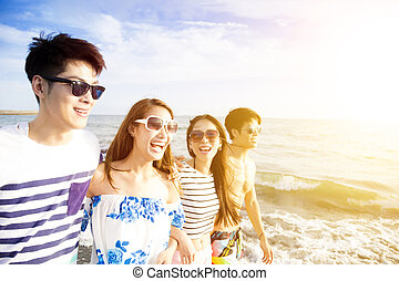 strand, wandelende, groep, jonge, vrolijke
