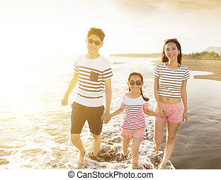 strand, wandelende, ondergaande zon , gezin, vrolijke