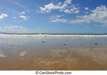 strand, weerspiegelingen