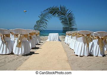 strandhochzeit, mit, stühle, handfläche, bogen, und, wasserlandschaft, in, hintergrund