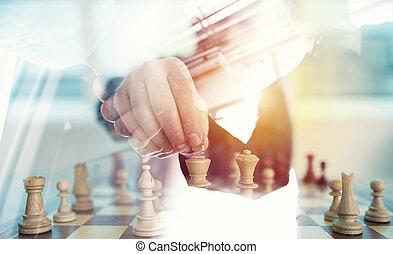 stratégie commerciale, à, jeu échecs, et, poignée main, personne affaires, dans, bureau., concept, de, défi, et, tactic., double exposition