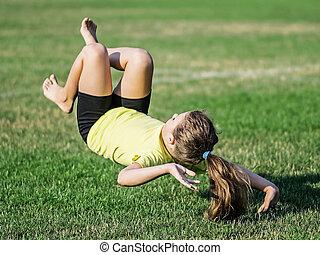 strata, mały, trawa, sportowy, po, powietrze, somersault., dziewczyna, waga, spadanie