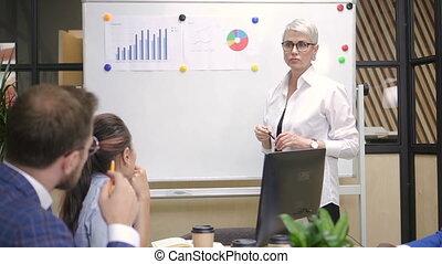 stratey, entrepreneur, financier, femme, collègues., multiracial, présentation