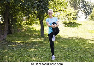 streching, 年長の 女性, 公園, 練習