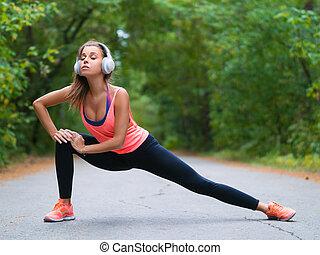 strecken, vorher, park, jogging., muskeln, frau