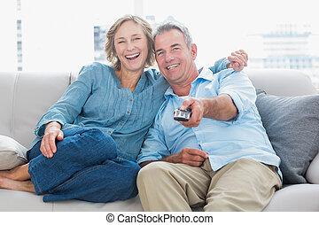 streicheln, paar, couch, aufpassen, heiter, fernsehapparat, ...