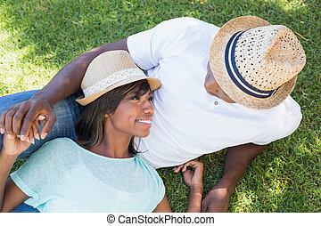 streicheln, paar, kleingarten, liegen, zusammen, glücklich