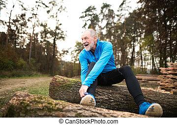 stretching., sitzen, läufer, holzstämme, hölzern, basierend, älterer mann