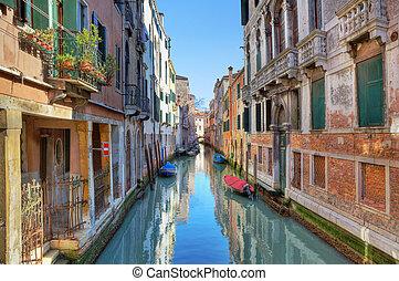 stretta, canale, tra, antico, houses., venezia, italy.
