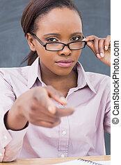 strict, noir, prof, pointage doigt