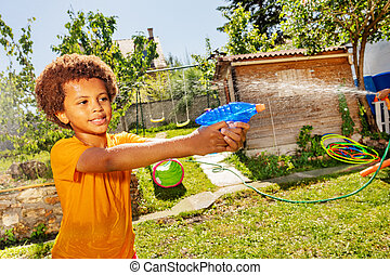 strid, stående, gevär, filma, vilt pojke, vatten
