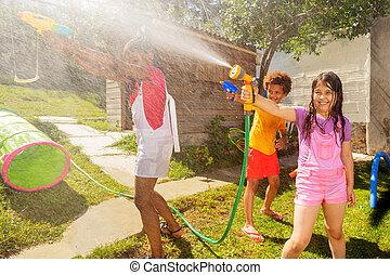 strid, vänner, utanför, vatten, lek, lek, flicka, gevär