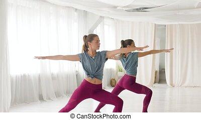 strijder, vrouw, yoga studio, pose