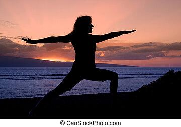 strijder, yoga houding, in, de, ondergaande zon