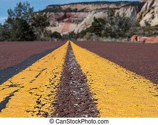 striscia, di, mezzo, di, rosso, pavimentato, strada, in, deserto