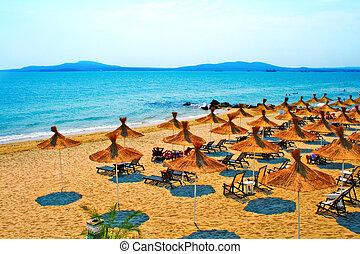stroh, schirme, auf, friedlich, sandstrand, in, bulgarien