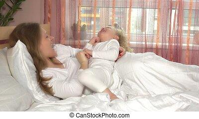 strongly., literie, lit, course, bedroom., étreinte, 4k, petite fille, blanc, mère, elle