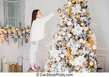 strzał, dom, domowy, ozdoba, drzewo, rok, parent`s, stoi, concept., zawiera, wszystko, nowy, biały, odzież, ozdabia, chodzić na palcach, dekorowanie, siła robocza, koźlę, help., bez, mały, dzieciństwo