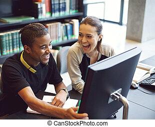 studenci, badając, nowoczesny, młody, biblioteka, szczęśliwy