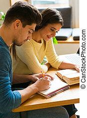 studenci, badając, para, młody, biblioteka, mówiąc, inny, book., każdy, czytanie, przyjaciele