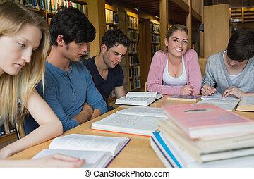 studenci, badając, razem, biblioteka