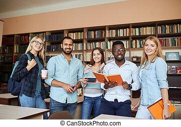 studenci, biblioteka, multiracial, zabawa, znowu, przygotowując, exams., posiadanie