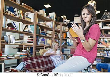 studenci, czytanie, książki, biblioteka