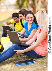 studenci, kolegium, odprężając, outdoors