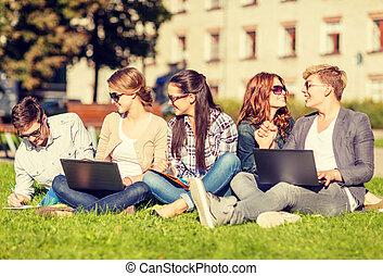 studenci, komputery laptopa, nastolatki, albo