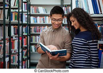 studenci, książka, badawczy, biblioteka, szczęśliwy
