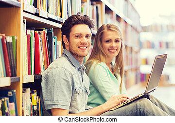 studenci, laptop, biblioteka, szczęśliwy