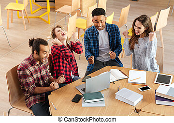 studenci, laptop, zwycięzca, młody, gesture., używając, ustalać, szczęśliwy