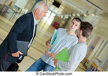 studenci, mówiąc, grupa, nauczyciel