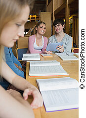 studenci, pastylka pc, biblioteka, szczęśliwy