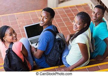 studenci, patrząc, kolegium, grupa, wstecz