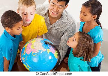studenci, patrząc, kula, grupa, nauczyciel