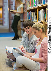 studenci, podłoga, badając, razem, posiedzenie
