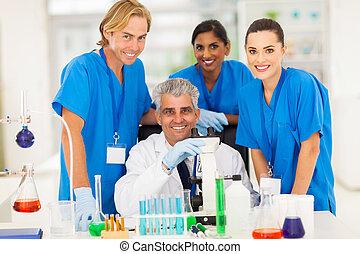 studenci, senior, naukowiec, grupa, chemia