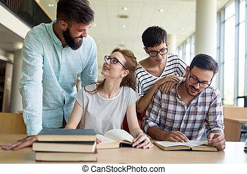 studenci, szczęśliwy, młody, biblioteka, posiedzenie