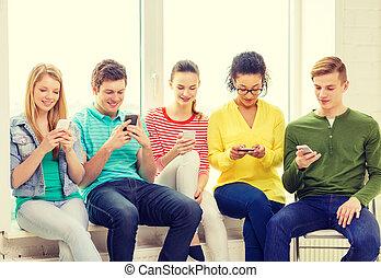 studenci, szkoła, smartphone, texting, uśmiechanie się