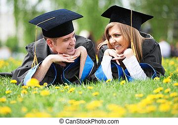 studenci, trawa, absolwent