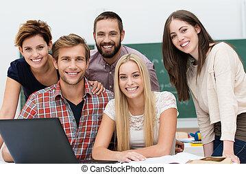 studenci, uśmiechanie się, grupa, przyjacielski