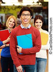 studenci, uśmiechanie się, grupa