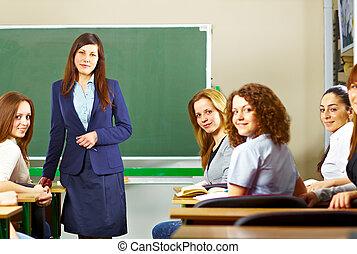 studenci, uśmiechanie się, nauczyciel
