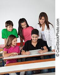 studenci, używając, biurko, tabliczka, cyfrowy